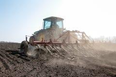 培养领域的农业拖拉机 库存图片
