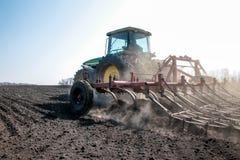 培养领域的农业拖拉机 免版税库存照片