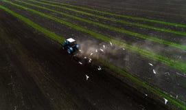 培养领域的拖拉机在春天,鸟瞰图 免版税图库摄影