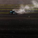 培养领域的拖拉机在春天,鸟瞰图 库存图片