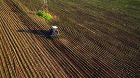 培养领域的拖拉机在春天 库存图片
