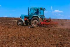 培养领域的拖拉机在春天 免版税图库摄影
