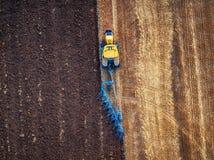 培养领域的拖拉机秋天 库存照片
