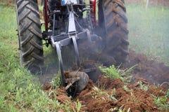 培养领域的拖拉机 免版税库存照片