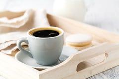基于一个白色服务盘子的杯浓咖啡或咖啡 免版税库存照片