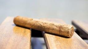 基于一张木桌的古巴雪茄 库存图片