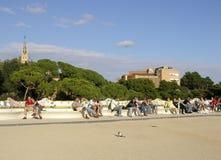 基于一条长凳的人们在公园Guell 库存图片