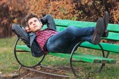 基于一条长凳的偶然人在公园 免版税库存图片