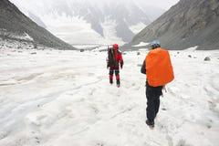基于冰川的登山家 免版税库存照片