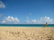 基于在加勒比海滩的一张海滩睡椅的妇女 免版税库存图片