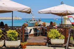 基于在厄尔巴岛海岛上的室外咖啡馆的游人在Marciana 图库摄影