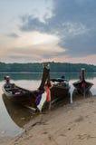 基于在泰国wi的镇静河岸的传统木小船 图库摄影