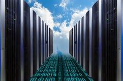 基于在蓝色的云彩的数据服务器在多云天空 免版税库存图片