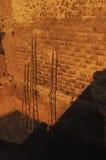 基于城堡的墙壁的木梯子 免版税库存照片