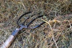 基于堆的干草叉的细节在土气木的干草 库存图片