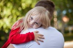 基于她的父亲的肩膀的小女孩 免版税库存图片