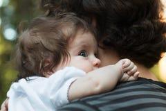基于她的父亲` s肩膀的小女孩 拥抱她的森林背景的愉快的甜女孩父亲 图库摄影