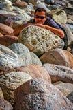 基于岩石的人 库存图片