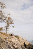 基于岩石的成熟夫妇 库存图片