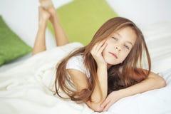 女孩在床上 免版税库存图片