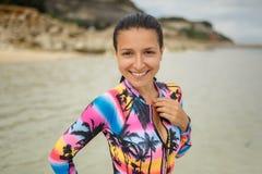 基于异乎寻常的海滩的泳装的年轻,运动,性感和美丽的女孩在夏天 免版税库存照片