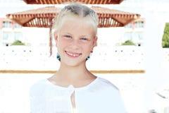 基于暑假的一个小微笑的女孩的画象 图库摄影