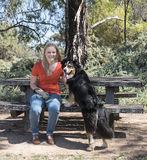 基于木位子的妇女和狗 库存照片