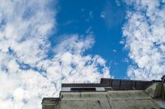 基于未完成的大厦看法在蓝天有云彩背景 免版税库存图片