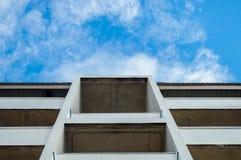基于未完成的大厦看法在蓝天 免版税库存照片