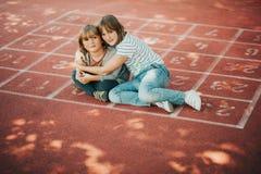 基于校园的两个逗人喜爱的孩子 免版税库存图片