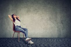基于椅子的轻松的妇女 免版税图库摄影