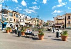 基于正方形的人们在Mondello的中心,是一个小海滨胜地在城市附近巴勒莫的中心 免版税库存照片