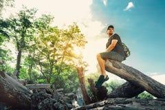 基于注册夏天森林的年轻远足者人 免版税图库摄影