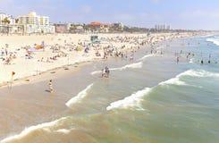 基于海滩的人们在旺季期间 免版税库存图片