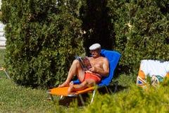 基于海滩的成年男性 库存图片