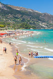 基于海滩的游人在希腊 库存图片