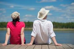 基于湖的男人和妇女 免版税图库摄影