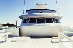 基于的皮革白色轻便马车休息室反对bac的一条游艇 免版税库存图片