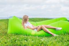 基于空气沙发的少妇在公园 免版税图库摄影