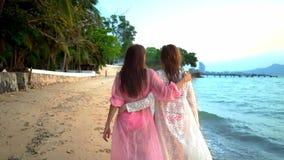 基于美丽的热带海滩的愉快的女性女同性恋的夫妇 LGBT的概念 股票视频