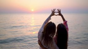 基于美丽的热带海滩的愉快的女性女同性恋的夫妇 LGBT的概念 E 影视素材