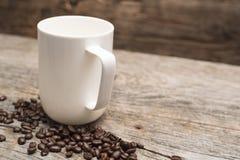 基于谷仓木头表的一个加奶咖啡杯子 免版税库存照片
