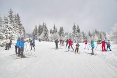 基于足迹交叉点的横穿全国的滑雪者 库存图片