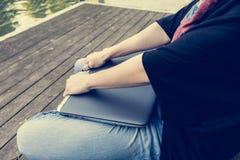 基于闭合的膝上型计算机的手特写镜头  图库摄影