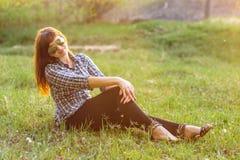 基于领域的女孩在日落在夏天 库存照片