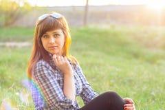 基于领域的女孩在日落在夏天 库存图片