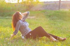 基于领域的女孩在日落在夏天 免版税库存照片