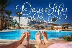 基于水池和文本天的背景的脚在生活中 书法字法葡萄酒手凹道 库存图片
