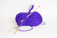 基于紫色毛线的编织针 免版税库存图片