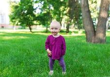 基于绿草的愉快的婴孩 免版税图库摄影